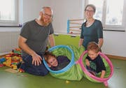 David und Nicole Mächler mit ihren Kindern Nora und Dan im späteren Esszimmer der Kita Mühleli. (Bild: Martina Signer)