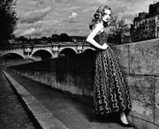 Ganz Paris war hingerissen, als im Jahr 1947 ein Couturier das Modeparkett betrat und gleich mit seiner ersten Kollektion Furore machte. Die opulenten Kreationen von Christian Dior liessen die Frauen träumen und die Kriegsjahre vergessen. Sie erregten aber auch Anstoss. In der Presse wurde die «skandalöse Stoffverschwendung» moniert. Die Menschen litten unter Hunger. Die zauberhaften Dior-Kleider untergruben das Anstandsgefühl. Ein Band lädt ein zum Entdecken der funkelnden Kreativität Diors. Mit Bildern von stilprägenden Fotografen wie Patrick Demarchelier. Hier inszenierte er das Schweizer Model Julia Saner in einem Dior-Kleid aus dem Jahr 1952. (mem) (Bild: Patrick Demarchelier)