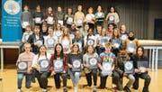 Die Buchser Jugendlichen zeigen an der Feier stolz ihre erste Auszeichnung im Programm der Kodex-Suchtmittel-Prävention. (Bild: Hansruedi Rohrer)