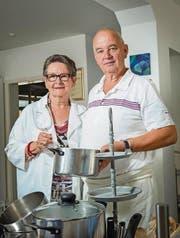 Posieren nochmals mit den Pfannen: Elisabeth Tillmann und Ueli Kopp hören im «Amuse-Bouche» auf. (Bild: Andrea Stalder)