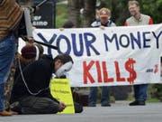 Demonstranten vor dem Casino Zug anlässlich der Generalversammlung von Glencore und Xstrata im Mai 2013. (Bild: URS FLUEELER (KEYSTONE))