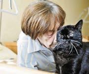 Heidi Visini mit ihrer Katze Jessica in ihrem Zimmer im Pflegeheim in Egnach. (Bild: Donato Caspari)