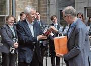 Ueli Graf überreichte seinem Nachfolger Peter Bischoff etwas für den Geist und etwas für den Leib. (Bild: eg)