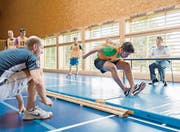 Standweitsprung ist eine von fünf Disziplinen beim Fitnesstest bei der Rekrutierung. (Bild: ky/Gaëtan Bally)
