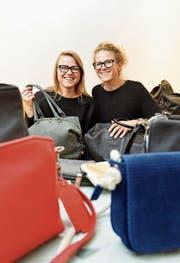Inmitten ihrer Taschen: Zuzka und Katka Griesbach. (Bild: Donato Caspari)