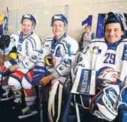 Drei Stars zum Anfassen: Mathias Seger, Jan Neuenschwander und Luca Boltshauser sind bereit fürs Training am Swiss Diabetes Eishockey Day in Romanshorn. (Bild: Nana do Carmo / TZ)