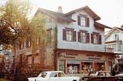 Das kürzlich abgerissen Haus an der Bahnhofstrasse 9 in einer Ansicht aus Nordosten im November 1971.