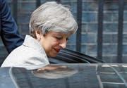 Lächeln trotz gedrängten Programms: Theresa May nach ihrem Treffen mit Arlene Foster. (Bild: Frank Augstein/AP (London, 13. Juni 2017))