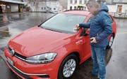 Gemeinderat Andreas Bernold, Präsident der Umwelt- und Energiekommission, testet das neue Mobility- Fahrzeug. (Bild: Hanspeter Thurnherr)