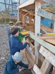 Die einen motzen fast fertiggestellte Hütten mit Eifer und Einsatz gemeinsam noch etwas auf…