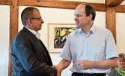 Kirchenpräsident Martin Rutschmann begrüsst den neuen Mesmer Martin Bär. (Bild: Werner Lenzin)