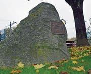 Der Gedenkstein, den niemand kennt, hätte einen besseren Platz verdient. Einen Ort, an dem man das Denkmal beim Vorübergehen oder -fahren sehen kann. (Bild: Kurt Latzer)