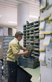 Wie viel darf die Post für den Versand einer Zeitung verlangen? Der Verband Schweizer Presse misstraut den Berechnungen der Post. Es läuft ein Rechtsverfahren. (Bild: Christian Beutler/Keystone (Rapperswil, 4. April 2017))