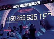 Umsatzzahlen in Echtzeit: Am Ende sind es über 26 Milliarden Franken – an nur einem Tag. (Bild: Felix Lee (Schanghai, 11. November 2017))