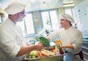 Severin Brunner und Norman Häni bereiten in der Ekkharthof-Küche Gemüse für das Mittagessen vor. (Bild: Andrea Stalder)