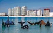 Geht die Welt baden? Während der Klimakonferenz setzte Greenpeace die Denkmäler dieser Welt ins Meerwasser vor Cancún. (Bild: ap/Eduardo Verdugo)