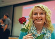Eine Rose für die Siegerin. Jasmin Wunderlich aus Horn überzeugte die Jury mit einem Monolog einer Frau. (Bild: Nana do Carmo)