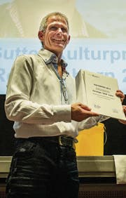 Christoph Sutter hält die Urkunde in der Hand und nimmt den Applaus entgegen. (Bild: Reto Martin)