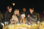 Bevor Familie Nedic die Kirche zum serbisch-orthodoxen Gottesdienst betritt, zünden sie Kerzen an. Mit der Geste ehren sie die Lebenden und die Toten. (Bild: Ralph Ribi)