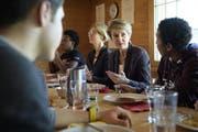 Bundesrätin Simonetta Sommaruga heute Donnerstag beim Mittagessen in Trogen. (Bild: GIAN EHRENZELLER (KEYSTONE))