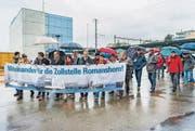 Etwa 150 Menschen demonstrierten bei strömendem Regen für den Erhalt der Zollstelle Romanshorn. (Bild: Andrea Stalder)