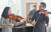 Lea Heinzer (Bratsche) und ihr Mann Gabriel Estarellas Pascual (Geige) üben einen gemeinsamen Part. (Bild: Reto Martin)