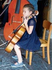 Diese junge Teilnehmerin der Sommerakademie aus dem bernischen Schwarzenburg ist bereit für ihren Auftritt. (Bild: Heidy Beyeler)