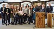 Preisträger des «Junge Texte Literaturförderpreises», ihre Mentoren und Unterstützer. (Bild: Christoph Heer)