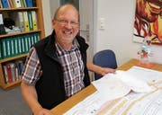 Ueli Anderfuhren plant in seinem Büro Lösungen für die Dorfgestaltung. (Bild: PD)