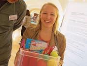 Impulse für die innere Auszeit nehmen: Pflegeexpertin Selina Siegl präsentiert den sogenannten Skills- Koffer. (Bild: Reinhold Meier)