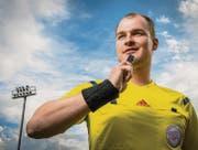 Simon Schmid auf dem Fussballplatz in Frauenfeld. Schiedsrichtersein sei ein geniales Hobby, meint er, würde sich aber mehr Respekt wünschen. (Bild: Reto Martin)