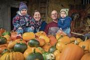 Alles so schön bunt hier: Andrea und Markus Baumberger mit Töchterchen Elina (links) und Sohn Fabian. (Bild: Reto Martin)