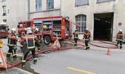 Nach dem Brand musste die Scapa-Halle von den Einsatzkräften vom Rauch befreit werden. (Bild: Rudolf Hirtl)