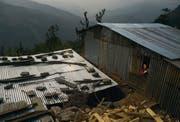Die Wellblechdächer vieler Notunterkünfte von Erdbebenopfer an den steilen Berghängen im Kathmandutal glitzern in der nepalesischen Mittagssonne. (Bild: Benjamin Manser (SRK / Benjamin Manser))
