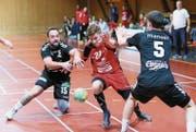 Fabrice Walter vom SC Frauenfeld (rot) kämpft sich durch die Appenzeller Verteidigung. (Bild: Mario Gaccioli)