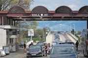 Der Grenzübergang zwischen Österreich und der Schweiz bleibt im Sommer für einige Wochen geschlossen: Die Brücke im Hintergrund wird saniert. (Bild: Benjamin Manser)