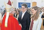 Händedruck von Bischof Markus für Dominic Locher mit Firmgotte. (Bild: Fritz Heinze)