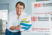 Wie soll er die Papiertragtasche der Stadt Kreuzlingen entsorgen, fragt sich Neuzuzüger Michael Roth. (Bild: Andrea Stalder)