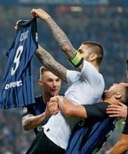 Die Teamkollegen lassen Inters dreifachen Torschützen Mauro Icardi nach dem 3:2-Erfolg gegen Milan hochleben. (Bild: Antonio Calanni/AP)