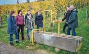 Valentin Halser und Hansruedi Wolfer (rechts) weihen das neue Kunstprojekt am Weinweg ein. Es heisst «Der edle Tropfen». (Bild: Reto Martin)