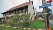 Tatort Kümmertshausen: Das Haus des IV-Rentners war nach seinem gewaltsamen Tod von der Polizei abgesperrt. (Archivbild: Reto Martin)