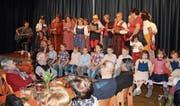 Alt und Jung vergnügten sich mit allerlei Unterhaltung in der Aula des Schulhauses Galstramm. (Bild: PD)
