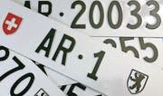 «AR 1» und weitere spezielle Nummernschilder sind zu haben. (Bild: pd)