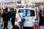 Q wie Querulanten: Obwohl die Street Parade gemessen an ihrer Teilnehmerzahl meistens relativ friedlich über die Bühne geht, hat die Stadtpolizei immer viel Arbeit, die überdrehten, alkoholisierten Raver, aber auch die Taschen- und Trickdiebe im Zaum zu halten. Im Vorjahr kam es zu insgesamt 66 Festnahmen durch Stadt- und Kantonspolizei Zürich. (Bild: Keystone)