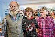 Not und Tilli Schlegel spielten in Ernst A. Heinigers «Schellen-Ursli». In Chur trafen sie den Ursli des neuen Films, Jonas Hartmann. (Bild: Yanik Bürkli/Die Südostschweiz)