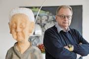 Alex Bänninger wohnt und lebt von Kunstwerken umgeben; im Vordergrund die Holzskulptur «Omi» von Helmut Wenczel. (Bild: Donato Caspari)