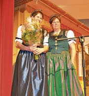 Monika Knellwolf wird von Simone Bischofberger geehrt. (Bilder: Simon Roth)