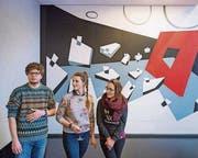 Im Restaurant Roter Platz: Bill Bühler, Martina Brüschweiler und Tiziana Brocca präsentieren das Wandbild «Psych 1». (Bild: Urs Bucher)