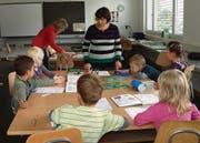 Die Lehrerinnen Tatjana Lichtensteiger und Elena Sivacheva unterrichten sechs Kinder in Weinfelden, rechts aussen ist Xenia. (Bild: Esther Simon)