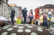 Auch für Kinder ist der Chläusler im Zentrum von Gossau ein besonderes Erlebnis. (Bild: Hanspeter Schiess (27. November 2016))